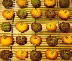 かぼちゃの絞り出しクッキー。生地の半分はユーグレナファームの緑汁粉末入り。かぼちゃに見える?