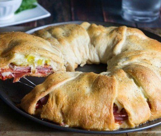 Leg 8 plakjes croissantdeeg naast elkaar! Leg er deze hartige ingrediënten op en maak iets SUPER lekkers!