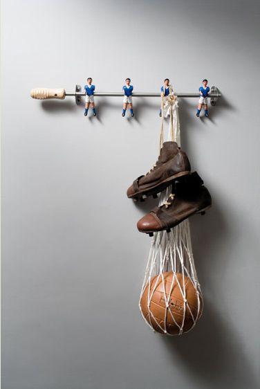 Recycler une baguette de babyfoot en crochets pour la chambre des garçons. Super! (Le lien ne mène pas à la photo, malheureusement...)