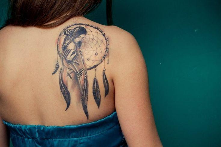 Tatouage attrape rêve avec femme sur le dos - tattoo du dos