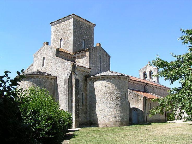 """Église de la Très-Sainte-Trinité de Germigny-des-Prés"" autorstwa Moreena - Praca własna. Licencja CC BY-SA 3.0 na podstawie Wikimedia Commons"