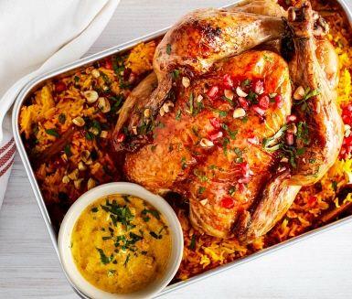 Bjud in orientaliska dofter i julstöket med en fantastiskt god persisk kycklingrätt. I detta recept är det inte bara kycklingen som doftar gott; här får även riset smak av kanel, kapris och saffran. Dessutom toppas kycklingen med en blandning av rostad mandel, russin och granatäppelkärnor.