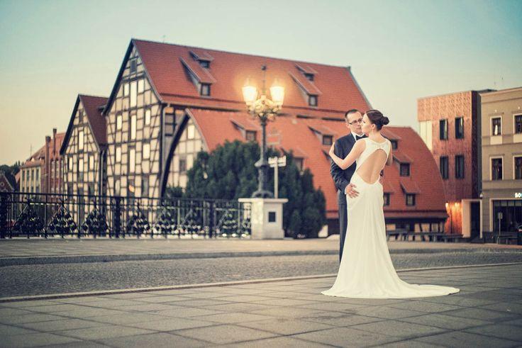 Fotograficzny plener poślubny Elizy i Szymona w blasku wszhodząceho Słońca na Starówce w Bydgoszczy