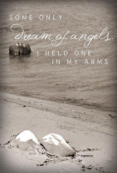 J'ai bercer dans mes bras mon ange endormis petite puce partie beaucoup trop tôt. J'ai embrasser ses petites mains, compter chacune de ses orteils. Oui dans mes bras j'ai bercer un ange et chaque jours j'y pense.