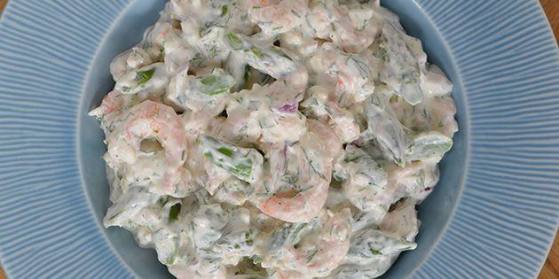Den bedste rejesalat med friske asparges, creme fraiche og finthakket dild. Let og hurtig at lave.