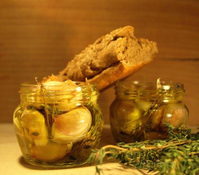 Чеснок в оливковом масле с тимьяном. Багет из обойной муки с клейковиной.