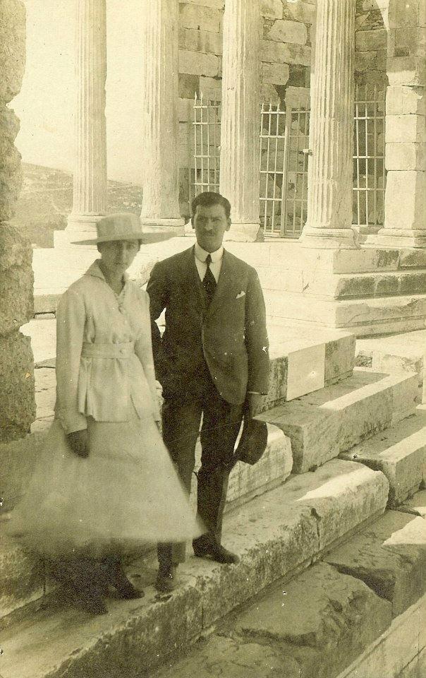 Η Ναυσικά και ο Κώστας Ιλαντζής στην Ακρόπολη. c.1918