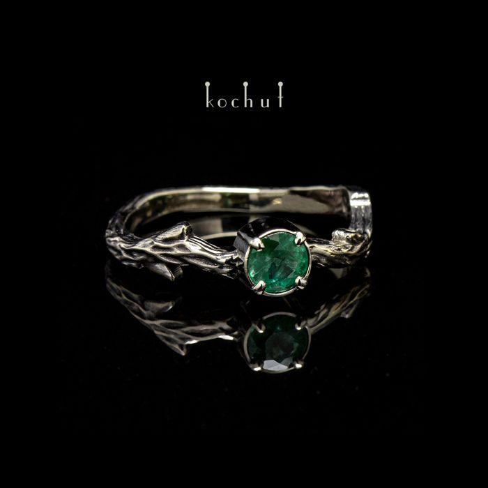 Кольцо «Мартовская Веточка». Белое золото, черный родий, изумруд — Kochut