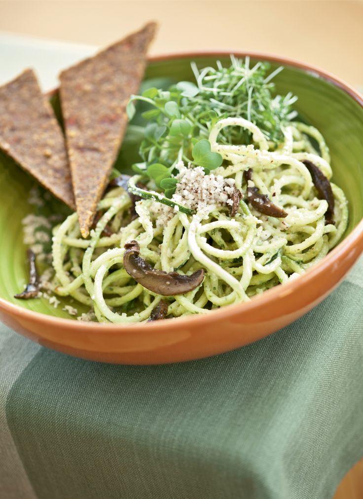 Spaghetti au pesto, avec champignons marinés et pesto de pistaches au basilic. #Crudessence (Livre Crudessence, page 180) Photo : Mathieu Dupuis