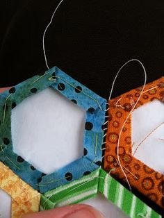 HOW TO HAND SEW HEXIES CORRECTLY!! A Few Scraps: To work, with hexagons