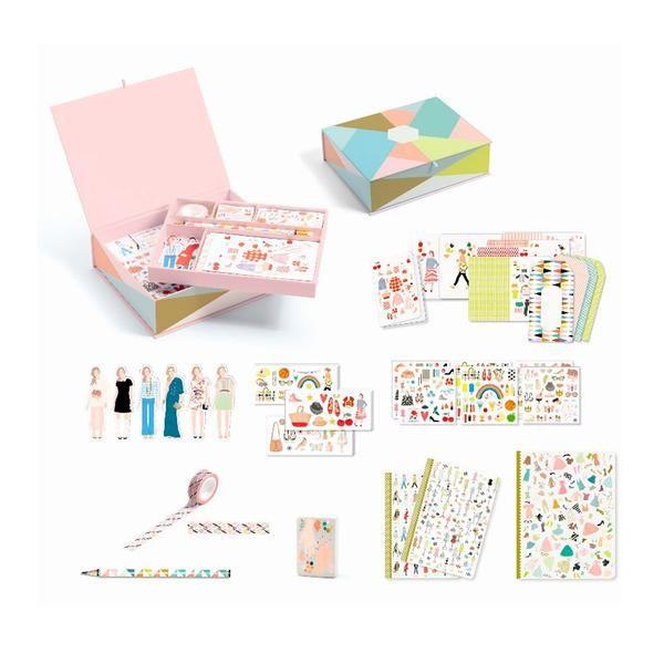 I dette fine sæt fra Djeco, får du alt i smukke ting til skrivebordet. Æsken indeholder masking tape, notesbøger, blyant, viskelæder og små påklædningsdukker. E