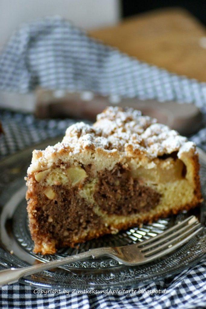 Dieser Apfel-Streuselkuchen mit Zimt und Haselnüssen und für mich der perfekte Begleiter an einer herbstlichen Kuchentafel.