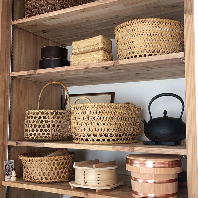 女性で、3LDKの蒸篭/せいろ/おひつ/お櫃/鉄瓶/南部鉄器…などについてのインテリア実例を紹介。「いつも同じようなところですみません。少し配置換えしました。 キッチンの背面収納です。 置いてあるものは全て民芸品。 地元の塗りのお弁当箱は井川めんぱ、 岩手の林檎かごやお弁当箱、 戸隠の椀かごに南部鉄瓶、 河口湖の鈴竹の蕎麦ざる、 新潟のせいろ、木曽さわらのお櫃など。 竹や木製品が好きなので並べるだけで幸せです。 お弁当箱は月に1回、それ以外はほぼ毎日使わない日はないほどフル稼働してます。 日本の道具は作りが丁寧で美しく、修理も可能なものも多いところが好きです。 また使う事で味が出て一層美しくなるところが魅力だと思います。 手入れをしながら大事に使っていきたい道具たちです。」(この写真は 2017-02-05 21:25:11 に共有されました)