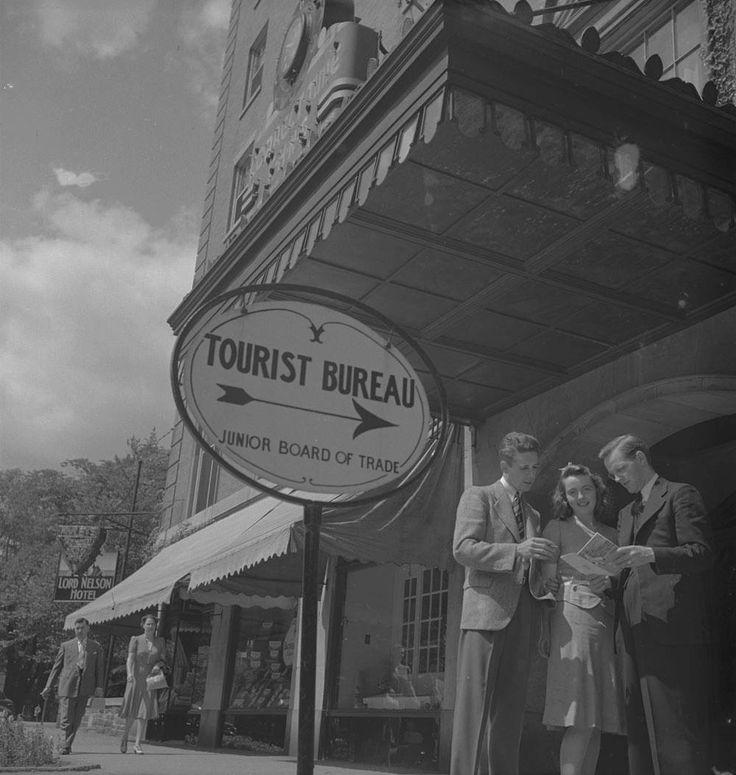 Groupe de personnes devant l'office du tourisme d'Halifax, vers 1939 1951  Source : http://collectionscanada.gc.ca/pam_archives/index.php?fuseaction=genitem.displayItem&lang=fre&rec_nbr=4326016