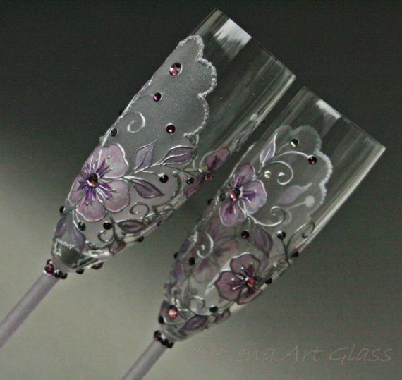 Copas de Champagne, copas de boda, boda violeta, pintado a mano, juego de 2 Juego de 2 copas de champagne pintadas en el tema violeta. Delicado diseño floral, lase mirada, efecto de heladas suaves en violeta muy claro. Decorado con cristales Swarovski en tonos de púrpura violeta. ideal para boda temática de púrpura violeta, showl nupcial o weding regalos. Las fotografías no podían expresar el todo glamour, el hielo brillo y encanto de este copas de champán, así que tienes que verlo en…