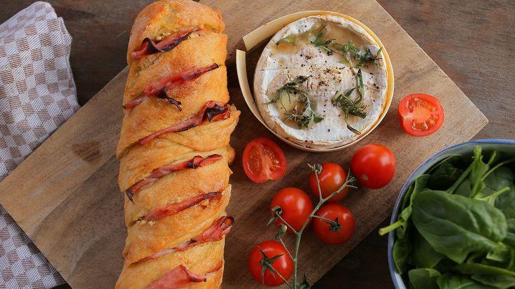 Dobozban sült camembert fokhagymás kenyérrel