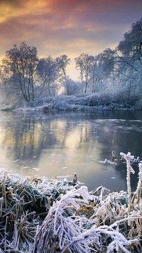 Zimowy zachód słońca nad jeziorem