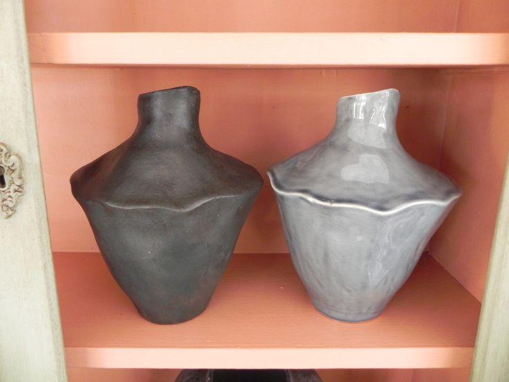 Før og efterbillede af to keramiske krukker. Krukken til venstre har fået et miks af forskellige farver i kalkmaling.dk samt voks. Britta Hellesøe