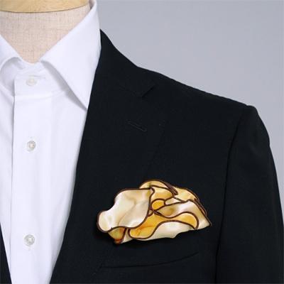 黄色とクリーム、どちら色でも使えるシルク100%のリバーシブルポケットチーフ。挿す際の形を作りやすいリング付き。 Pocket handkerchief 100% silk that can be used on both sides (with ring)