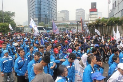 Thousands Indonesian workers held rally in Labor Day, demanding better wages and eliminated outsourcing.