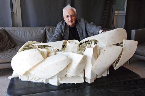 L'architecte, Frank Gehry, devant la maquette de la Fondation Vuitton, au Bois de Boulogne à Paris.