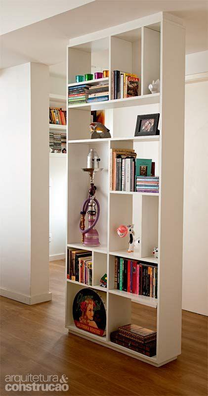 Trocar a parede do corredor entre sala e quartos por uma estante vazada de MDF trouxe sensação de amplitude e lugar para os livros. Desenhado pela arquiteta Nara Grossi, o móvel de 20 cm de profundidade não compromete a circulação.