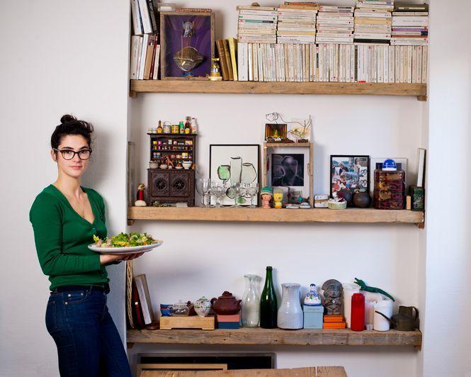 M'en fout de la salade (qui est de toutes façons trop compliquée à faire), ce qui m'intéresse ce sont les étagères en bastaing, derrière... :-)