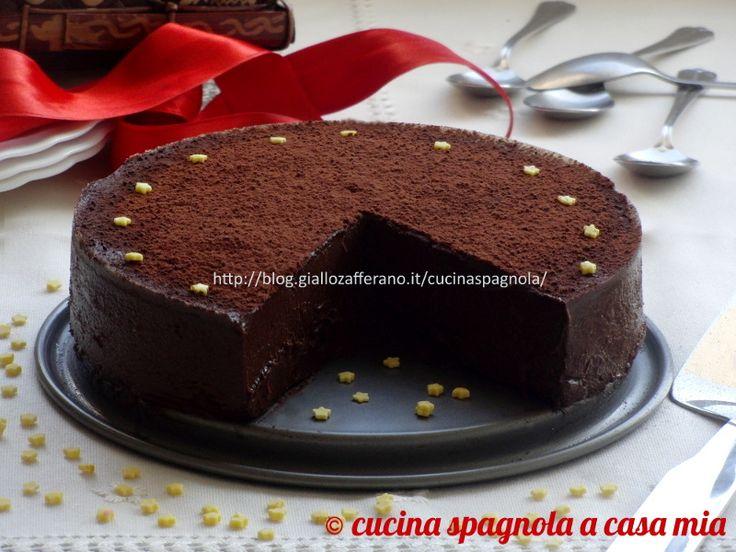 La torta cremosa al cioccolato è un dolce squisito dal gusto deciso e scioglievole perfetta per occasioni speciali. Senza glutine e senza cottura in forno.