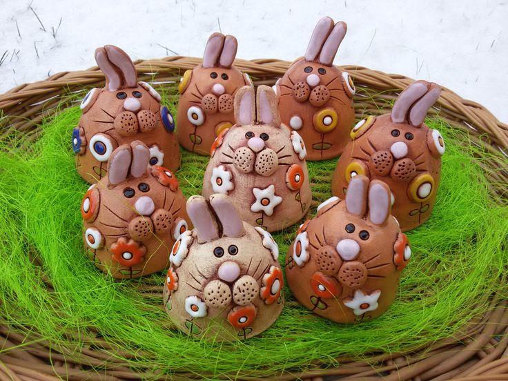 Zajíček jarní Autorská!!!!! keramická dekorace, velikonoční nebo jarní, květinky jsou plastické. Můžete darovat za pomlázku, posadit do truhlíku, do květináče, dekorace do velikonoční kompozice, ozdobit stůl, parapet..... Zajíčci jsou jako zvonečky, uvnitř poutko. Zvoní krásně, jemně. Zajíček modrobílý a jeden oranžovobílý poutko nemají. K objednávce ...