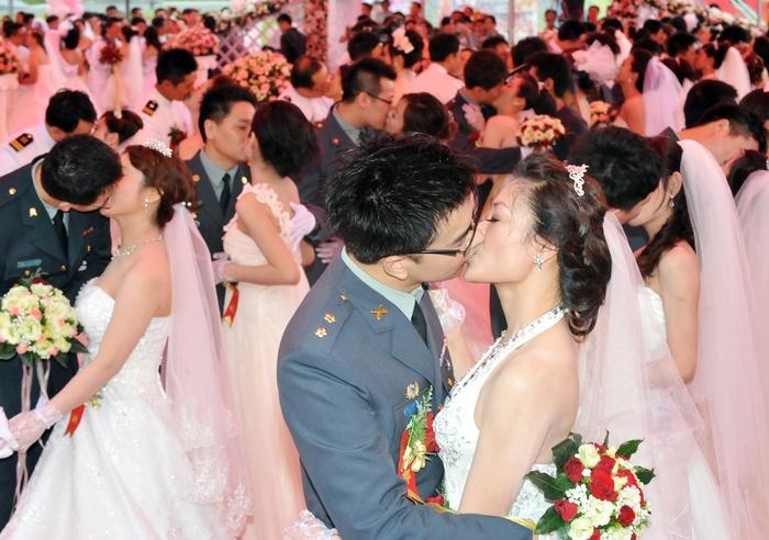 Donderdag 10 mei: Taiwainese koppels zoenen tijdens een militaire massabruiloft in Taipei. In totaal 246 nieuwe echtparen deden mee aan de ceremonie, bedoeld om voortplanting te stimuleren en het welzijn van officieren en soldaten te promoten.