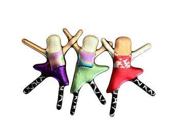 Maak dit uw eigen combinatie pin door specifieke kleuren bestellen! Elke pin zal variëren - wanneer u bestelt laat het me weten welke combinatie u wilt van jongens en meisjes en welke kleuren u wil! Maak je eigen! Ongeveer 3 duim lang door 2 inches tall. Hecht met de twee achterste pennen.