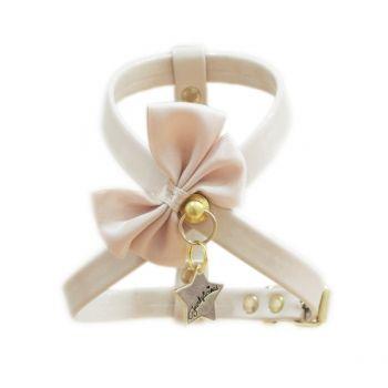 #Arnés para #perro Romantic Beige, para #perros #pequeños.  Está diseñado en tira de #charol sintético de 13 mm con un lacito de raso cosido a mano.  Cierre por hebilla. Perfecto #complemento para que tu #mascota vaya siempre #elegante. Disponible en rosa y beige en www.dogsaffaire.com