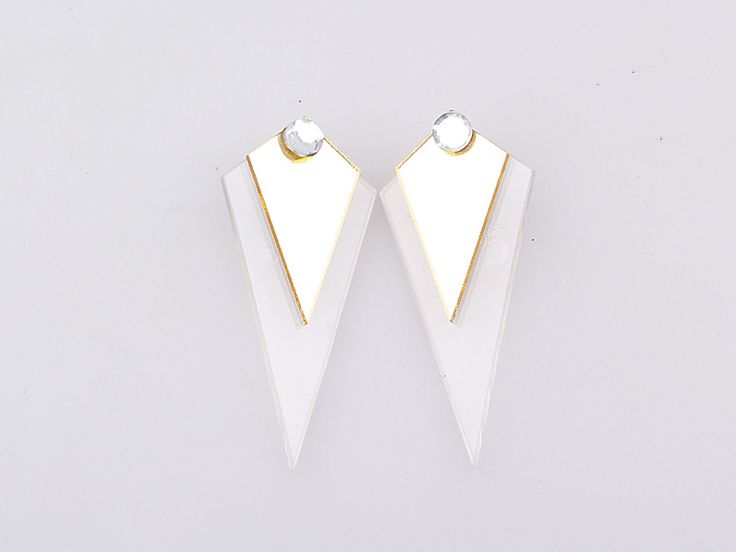 Bonjour ladies! Boucles d'oreilles triangle flėches, look plexiglas & bronze. Vous pouvez comnander ces boucles modernes avec strass sur notre siteweb www.misha.tn #lancement #soon #misha #shopping #tunisie #bijoux