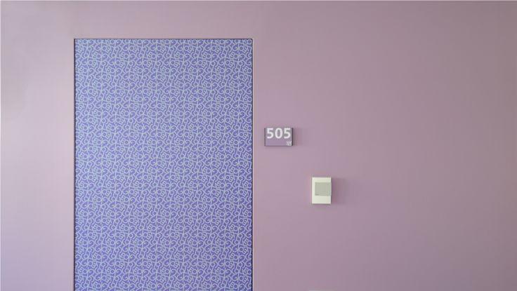 Dettaglio di una porta d'ingresso di una camera del piano ultravioletto (nel sottotetto recuperato), con il laminato realizzato su disegno, del collegio universitario Einaudi, sezione Po.  Progetto di ristrutturazione di Luca Moretto