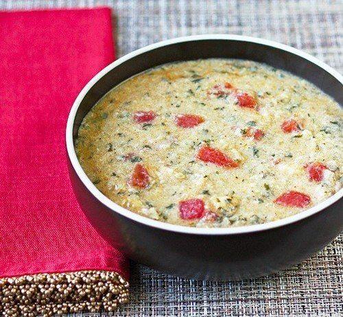 Чесночно-куриный суп  Ингредиенты:  Спелые помидоры — 3 шт. Оливковое масло — 1/4 ст. Куриные грудки, нарезать — 2 шт. Чеснок, выдавить — 6 зубчиков Спелые сухари батона — 1,5 ст. Тертый пармезан — 1/2 ст. Чили — 1/2 ч. л. Паприка — 1 ч. л. Сушеный лук — 1 ст. л. Чесночный порошок — 1 ч. л. Соль — 2 ч. л. Перец — 1/2 ч. л. Петрушка — 1/4 ст. Воды — 4 ст. Яйца куриные, слегка взбить — 2 шт.