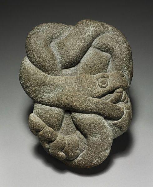 Escultura de serpiente anudada, tallada en piedra basáltica. Culturas del Altiplano Central Mexicano. Mexicas/aztecas. Período Posclásico. Tenochtitlan. México. mcba.