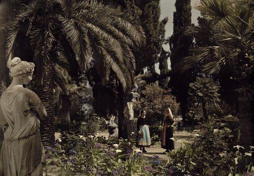 Autochrome: Wilhelm Tobien. Women are in the garden of Achilleion, a villa in Italianate-style. Achilleion, Corfu Island (Kerkira Island), Ionian Islands, Greece. 1920s - 1930s.