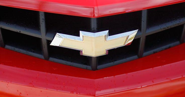 Diferencias entre camiones GMC y Chevrolet. Las diferencias principales entre los camiones GMC y Chevrolet son la imagen percibida, el estilo del diseño, las opciones de motor, los paquetes de equipamiento y los precios. Aunque tan los camiones GMC como los Chevrolet son casi idénticos en el fondo, muchos compradores son leales a una marca.
