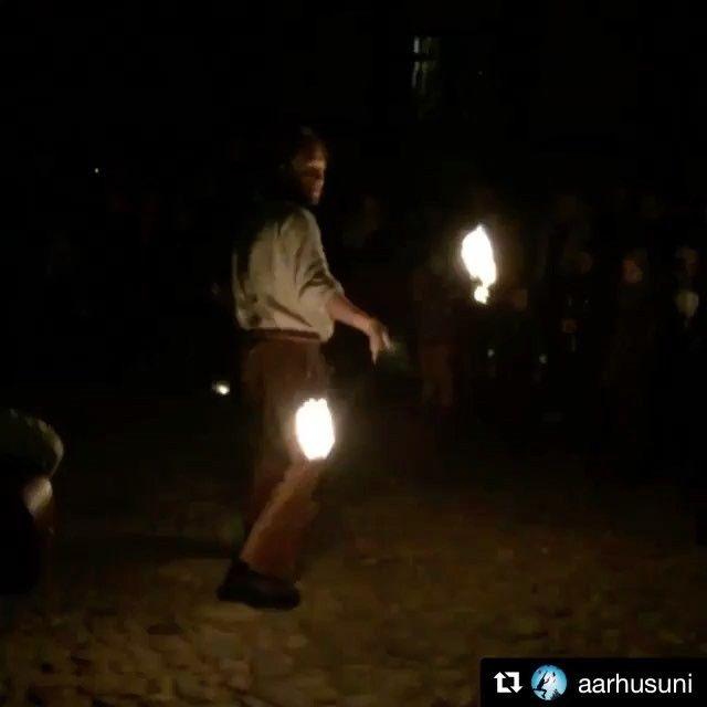 @aarhusuni lader studerende overtage Instagram. Her er en af dem på besøg under ildshow i Den Gamle By. Studerende får gratis entre man-ons efter kl 15 indtil den 21. December. #dengamleby #yourniversity #auoverspring #visitaarhus