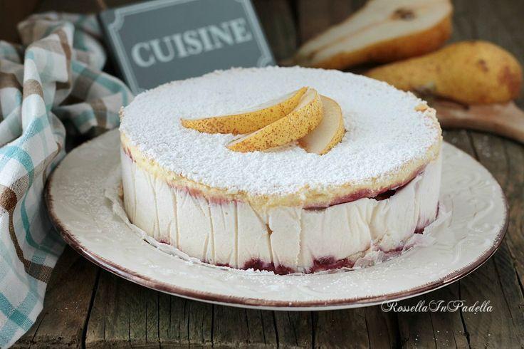 Torta ricotta e pere con marmellata. Una torta fredda da tenere nel frigorifero, crema di ricotta e pere fra due strati d soffice pan di spagna.