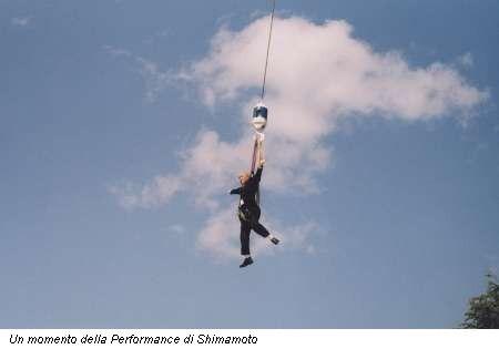 Un momento della Performance di Shimamoto