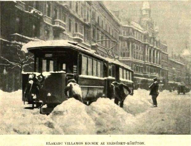 Elakadt villamos kocsik az Erzsébet-Körúton. (1907)