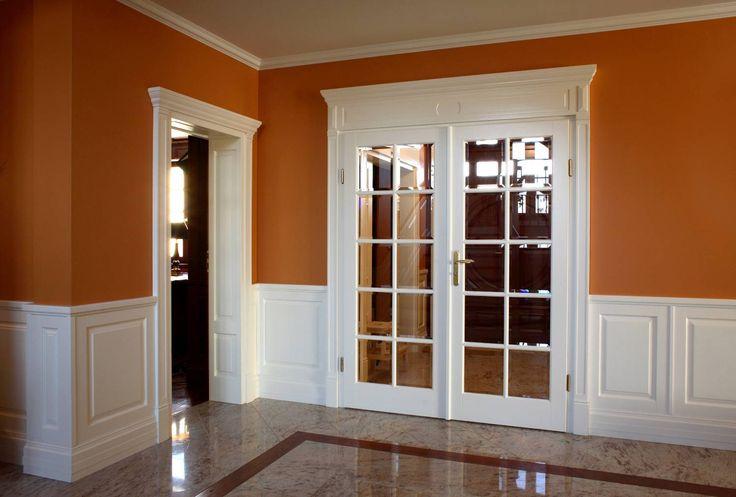 drzwi drewniane z portalem