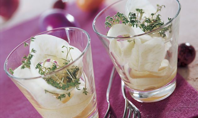 Kohlrabi-Kresse-Salat mit Vanille-Vinaigrette: Mit dem Sparschäler vom Kohlrabi rundum Locken (Streifen) wegschneiden. Kohlrabilocken mit der Kresse in Gläser ...