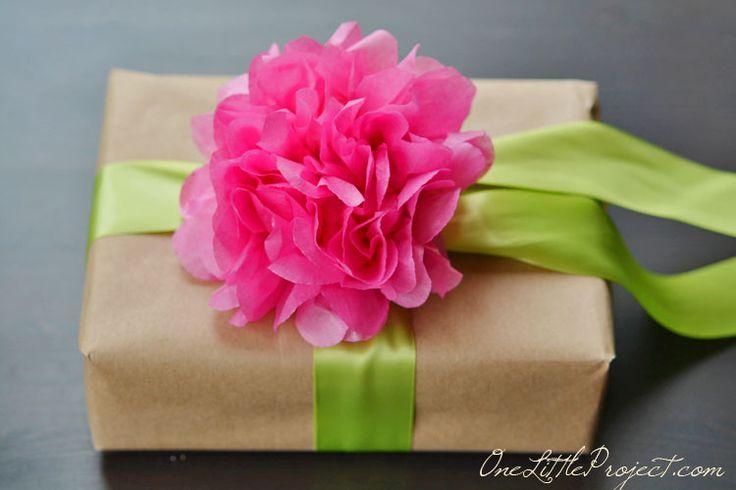 Vind je het ook zo leuk om een cadeautje mooi in te pakken? Maak deze kleurrijke bloemen van papieren zakdoekjes!