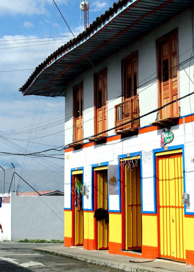 Arquitectura colonial de la zona cafetera en Colombia Sí quieres conocer más acerca de este lugar y ver más fotografías, puedes de leer una de nuestras publicacionesFILANDIA, EL PUEBLO MÁS LINDO D...