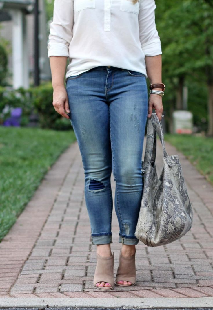 casual distressed skinny jeans outfit. Perfect for the fall transition