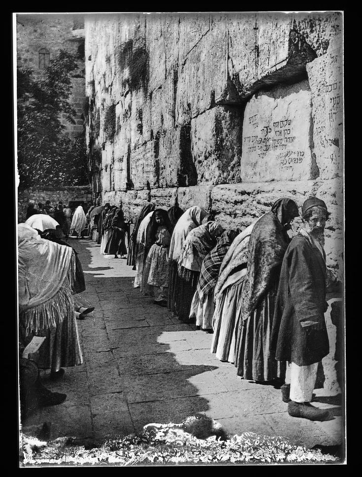 Jews at the Kotel (circa 1900). Note the  Yemenite Jew at the right, probably an   immigrant from the 1880s