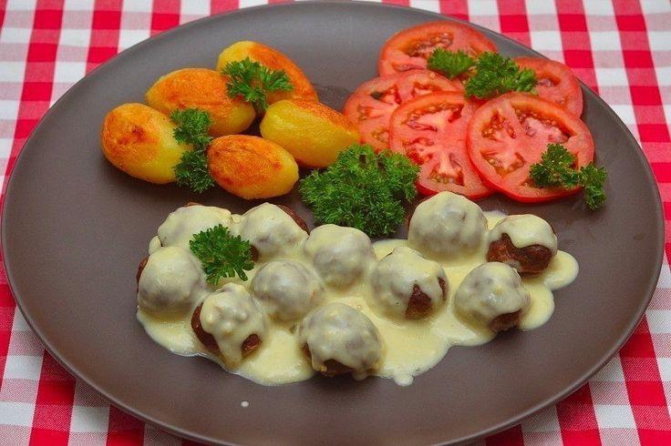 Мясные шарики из говяжьего фарша под сливочным соусом  Ингредиенты:  Говяжий фарш — 1 кг Лук репчатый — 1 шт. Масло сливочное — 30 г Хлебные крошки — 60 г Яйца куриные — 2 шт. Соль — по вкусу Чёрный перец — по вкусу Мускатный орех — по вкусу Лимон (цедра) — 1 ч. л. Бульон — 500 мл Сливки жирные — 125 мл Мука — 2 ст. л.  Приготовление:  1. Подготовьте ингредиенты. 2. Мелко нарежьте лук. 3. Обжарьте его, пока не станет мягким и прозрачным. 4. Уберите лук в холодильник, чтобы он хорошо остыл…