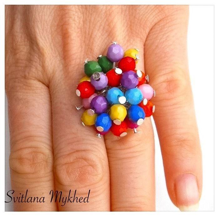 Bague `Arc-en-Ciel` perles acryliques multicolores sur le support ajustable (métal argenté). Création unique : Bague par perles-et-couronnes